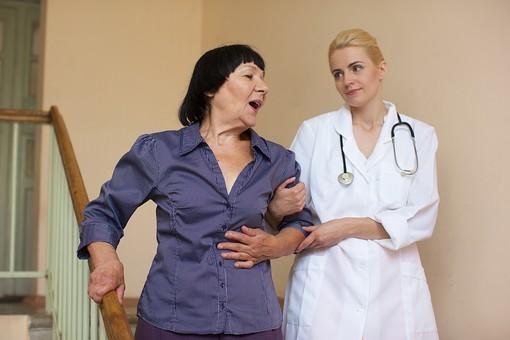 室内 屋内 階段 外国人 老人 高齢者 女性 おばあさん おばあちゃん 患者 女医 白人 金髪 白衣 医師 医者 スカート 下りる 介助 介護 手助け 助ける 手伝う 手を引く 寄り添う 手すり  mdfs016 mdff142
