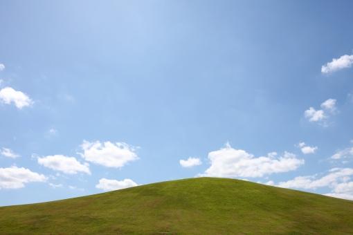 風景 芝生 丘 空 青空 晴れ 快晴 余白 コピースペース スペース 自然 雲 植物 草 芝 公園 草原 高原 野原 原っぱ 緑 緑色 背景 屋外 無人 逆光 明るい 青 白 青色 イメージ 人物なし さわやか 爽やか 春 夏 空間 シンプル 清涼感 清涼