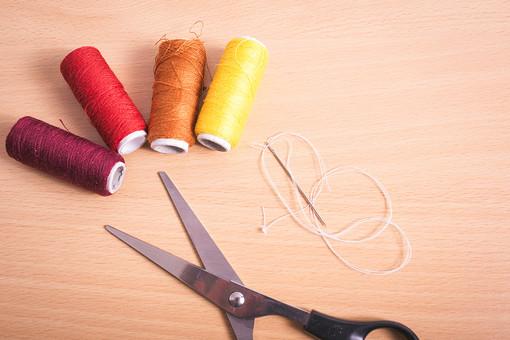 ソーイング 縫い物 裁縫 洋裁 手芸 手仕事 裁縫道具 裁縫用品 アップ 素材 趣味 ハンドメイド ホビー 生活 暮らし 小物 手縫い ファッション 縫う 針仕事 糸 糸巻き カラフル 複数 雑貨 日用品 はさみ ハサミ 鋏 針