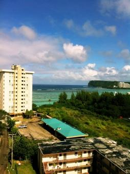 海 青空 夏雲 ホテル 建物 街並み 植物 エメラルドグリーン 青 白 緑 茶色 ローカル 自然 風景 夏 南の島 南国 グアム