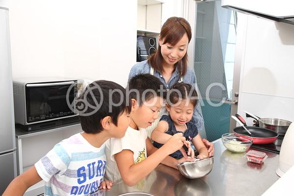 料理をする親子8の写真