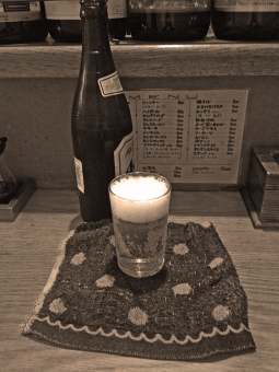 居酒屋 赤提灯 赤ちょうちん 瓶ビール ビール モノトーン モノクロ 白黒 飲み物 ドリンク 炭酸 ホップ 夏 おしぼり 木 カウンター アルコール 風景 景色 憩いの場 飲食店