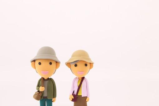 クレイアート お出かけ 旅行 旅 観光 レジャー 休暇 粘土 立体イラスト 人物 クラフト 人形 笑顔 かわいい 立体 立体人形 女性 女 男性 男 夫婦 老人 仲良し 鞄 かばん バッグ 大人