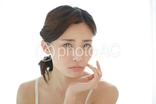 頬に手を触れる女性16の写真