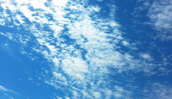まばらな雲の写真