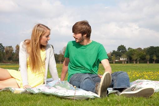 人物 外国人 外人 男性 女性 2人 カップル 夫婦 恋人 屋外 野外 外 自然 芝生 緑 グリーン くつろぐ 寛ぐ リラックス ピクニック レジャー レジャーシート 公園 座る 語らい 会話 おしゃべり 草原 休日 mdff084 mdfm051