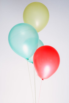 風船 バルーン 小物 雑貨 ふわふわ  浮く イベント 行事 パーティー 複数 カラー カラフル 赤 緑 青 束 束ねる 塊 屋内 室内 白背景 白バック 無地 漂う 紐 ひも 繋がり 繋がる 素材 明るい ポップ
