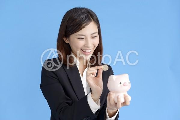 貯金する女性2の写真