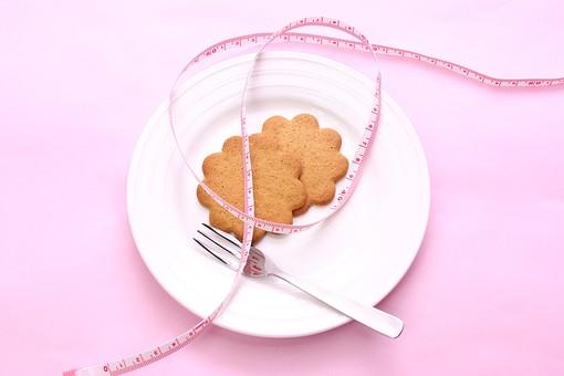 メジャー 巻尺 巻き尺 測る 身体測定 測定 ピンク ピンクバック ウエスト ダイエット 肥満 メタボリック ビューティー お皿 皿 お菓子 おかし ビスケット クッキー フォーク 食べる