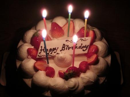 birthday cake 誕生日ケーキ 誕生日 お祝い バースデーケーキ ホール イチゴ ショートケーキ いちご ホイップ 生クリーム ろうそく ロウソク 火 パーティー デザート スイーツ 食べ物 たべもの 食品 おやつ 苺 無人 行事
