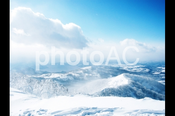 北海道の冬の山から見下ろすの写真