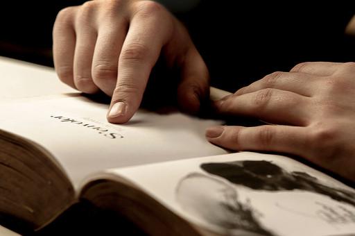 本 ブック 書物 書籍 図書 読書 読む 趣味 勉強 人物 男性 男 ページ 捲る めくる 開く 接写 クローズアップ アップ 手 両手 指 指す 指さす 人差し指