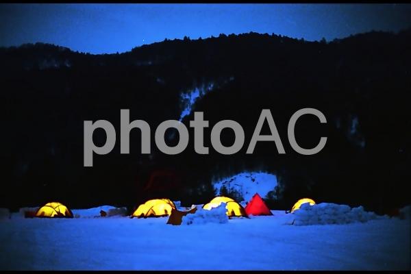 雪山でのキャンプの写真