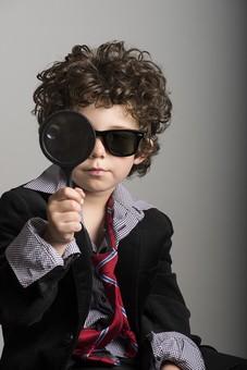 外国人 外人 白人 男性 男 男の子 子供 子ども 幼児 パーマ 天然 幼稚園 小学生 Yシャツ ワイシャツ 青 白 チェック 柄 ネクタイ 赤 ファッション お洒落  洋服 サイズ 大きい ダボダボ サングラス メガネ 視力検査 黒いサングラス 虫眼鏡 拡大 アップ 目隠し 調べる 調査  mdmk011