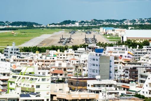 普天間基地 普天間 宜野湾市 沖縄 米軍 基地 オスプレイ 滑走路 市内 街並み 日本 建物 輸送機