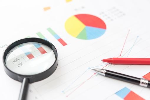 チャート ペン 虫メガネ クローズアップ 注目 グラフ 株式 証券 利益 金融 投資 傾向 ファイナンス ビジネス 企業 景気 経済 虫眼鏡 チェック 売上 経営 決算 お金 マネー 企画 会議 ミーティング マーケティング