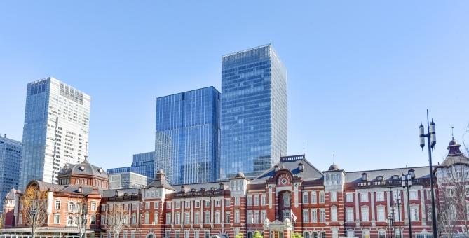 東京駅とビル街の写真