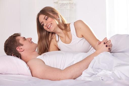 人物 外国人 外人 カップル 恋人  夫婦 大人 男女 20代 30代  モデル 生活 暮らし 屋内 室内  部屋 寝室 ベッドルーム ベッド 朝  目覚め 眠り まどろむ 信頼 愛 LOVE  ラブラブ 幸せ ハッピー 幸福 笑顔 語らい 寄り添う  mdfm059 mdff103