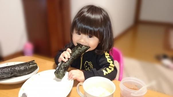 節分 巻きずし 巻き寿司 丸かじり 恵方巻き sushi the day before the beginning of spring girl child smiling face kids japanese 日本人 子ども のり 海苔 seaweed laver 少女