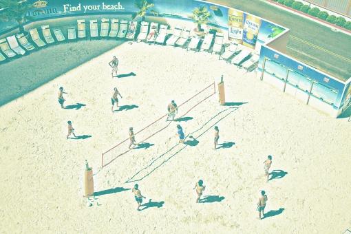 人物 スポーツ 遊び 運動 試合 ビーチボール 球 ボール 打つ 勝負 勝敗 勝ち 負け 試合 ネット 砂浜 水着 看板 椅子 休憩 休む 見学 壁 木 樹木 自然 植物 建物 建築物 建築 施設 室外 屋外 アメリカ 外国