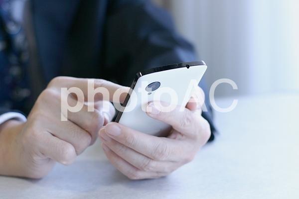 ビジネスマンとスマホ3の写真