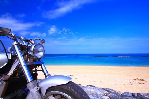 沖縄 おきなわ オキナワ 休憩 オートバイ バイク ツーリング ドライブ 砂浜 南国,南の島 リゾート地 趣味 真夏 青春 旅素材,旅行 一人旅 海岸線 水平線 アメリカン 観光地 長期休暇,夏休み,春休み 自然素材 乗物素材 思い出 エメラルドグリーン 青,青色,水色,ブルー,Blue 白,白色,白い雲,ホワイト,White 癒し,鮮やか ポストカード コピースペース