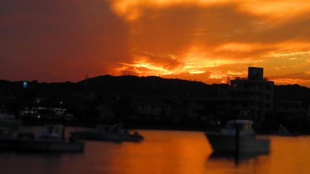 海に染まる夕陽の写真