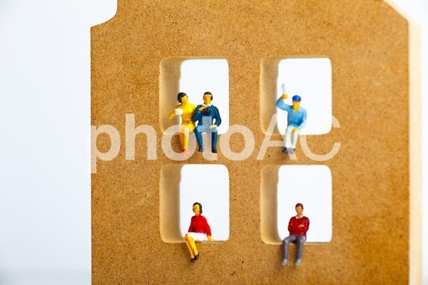 住宅模型とミニチュアの人々の写真