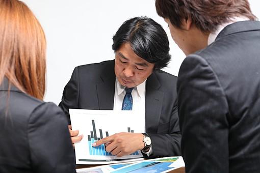 人物 日本人 男性 女性 サラリーマン  OL 20代 40代 若者 上司  部下 屋内 白バック 白背景 会社  オフィス 3人 複数 ビジネスマン 会議 ミーティング 打ち合わせ グラフ 指さす 説明  シビアな 報告 オーバーリアクション mdjm010