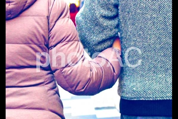腕を組む夫婦の写真