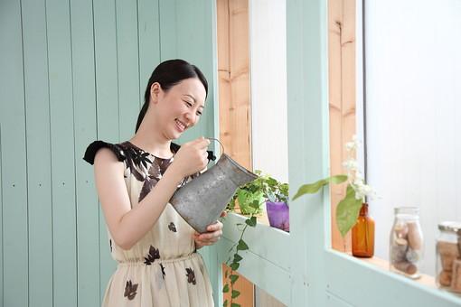 女性 若い女性 女 人物 部屋 一人暮らし リラックス 日本人 ライフスタイル 20代 休日 笑顔 スマイル 観葉植物 植物 水やり じょうろ 如雨露 休み オフ くつろぐ 寛ぐ 趣味 のんびり 生活 屋内 室内 ワンピース mdjf001