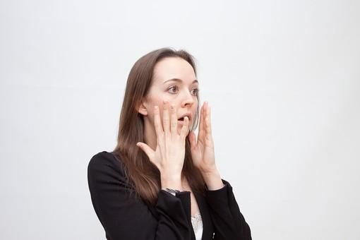 人物 人 人間 女性 白人女性 外国人 レディ 婦人 ロングヘア ブラウンヘア おでこ 額 センター分け 人物写真 ポートレート ポートレイト イギリス人 ジャケット 黒ジャケット 白背景 白バック ホワイトバック 驚く びっくり ショック 口に手 mdff002