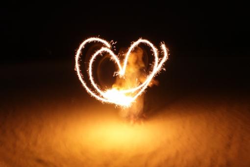 花火 ハート 夏 恋 love 愛 ♥ 火 手持ち花火 海辺の花火 夏の思い出 夏の夜 ♡ カップル 恋愛 ドキドキ 好き 燃える 燃える恋 heart heartonfire fire