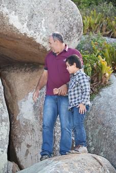 人物 外国人 外人 男性 子供   こども お父さん 父親 パパ 息子   男の子 家族 ファミリー 屋外 外  野外 岩場 洞窟 洞穴 探検 挑戦 チャレンジ 休日 ふれあい 遊ぶ 孫 おじいちゃん 祖父 mdjms011 mdmk020