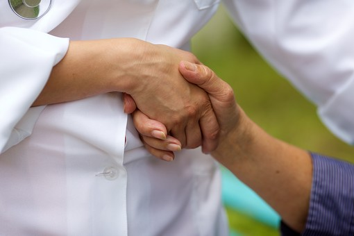 屋外 野外 外 病院 庭 公園 老人 高齢者 おばあさん おばあちゃん 患者 女医 白人 白衣 医師 医者 看護師 看護婦 女性 手を握る 握手する 握手 手を持つ 手を引く アップ 接写