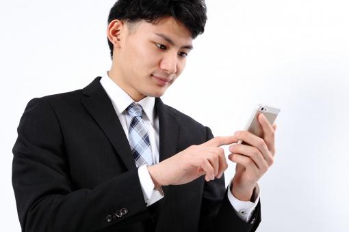 人物 生物 人間 男性 若い 青年 アジア アジア人 日本 日本人 ポーズ モデル スーツ ジャケット ビジネス 就活 フォーマル バストアップ 上半身 電話 携帯電話 スマートフォン アップル iPhone テクノロジー 技術 IT 通信 端末 タッチ mdjm002