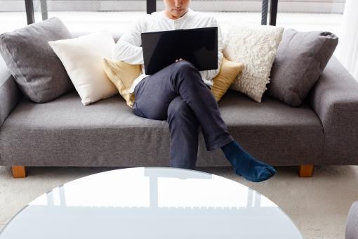 男性 ビジネス 仕事 ソファ ノートパソコン パソコン おしゃれ 自宅 テレワーク リモートワーク