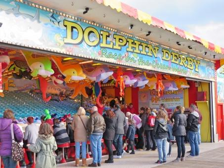ゲーム 祭り 屋台 親子連れ 遊び 遊ぶ 子ども ギャンブル 賭け事 レース イルカレース ブライトン ブライトンのピア 桟橋 イギリス ヨーロッパ 海外