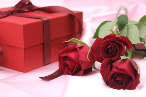 花 植物 薔薇 ばら バラ 赤 赤色 綺麗 美しい 切花 切り花 花びら 花束 フラワーアレンジメント 布 サテン プレゼント ギフト リボン