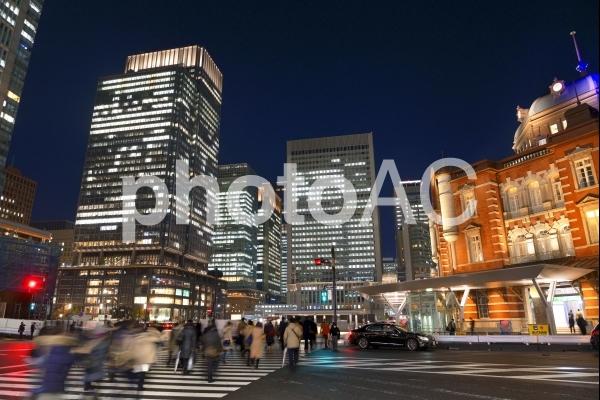 丸の内の夜景 東京駅前の写真
