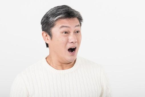 50代 中年 中高年 シニア ポーズ 白背景 白バック  白髪 しらが グレー グレーヘア 短髪 父 お父さん おじさん おじいさん おじいちゃん 目上 セーター 白いセーター 私服 プライベート 驚き 驚く びっくり 衝撃   日本人 男性 男 mdjms013