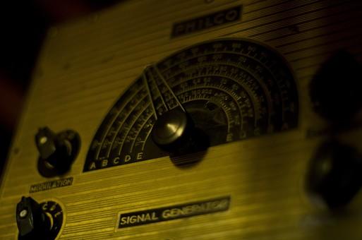 シグナルジェネレータ 標準信号発生器 電気計測器 無線機 受信機 送信機 測定器 周波数 電力 変調 電気信号 メモリ ノブ つまみ 調整 マニア マニアック レトロ アンティーク 中古 骨董品 古い 古びた 昔の 思い出 ボケ味 ラフ ノイズ