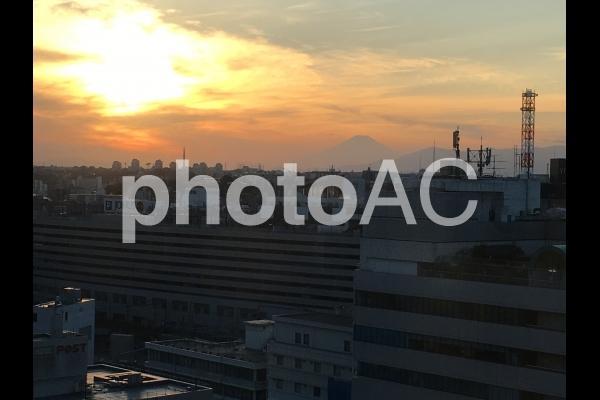 横浜駅から夕日の富士山の写真