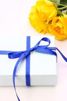 父の日 イベント プレゼント ギフト 行事  花 フラワー 生花 バラ ばら 薔薇 明るい さわやか 爽やか   黄色  6月 六月  贈る  花束  リボン りぼん 青 青色 プレゼント 箱 白 白バック
