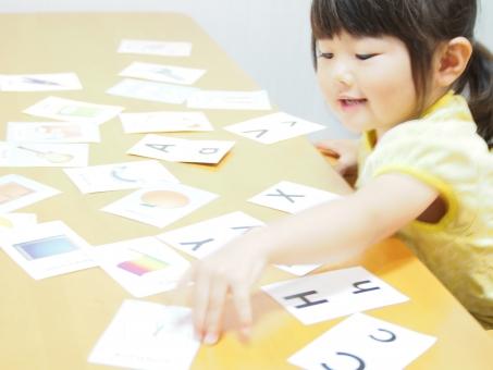 幼児教育 学習 勉強 日本人 kids girl japanese study card english 三歳 3才 育児 楽しい 笑顔 英語 園児 女の子 幼児