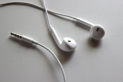 耳に突っ込むタイプのイヤホン