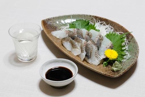 飲み物 食べ物 アルコール 酒 日本酒 清酒 透明 グラス ガラス コップ おちょこ 液体 肴 おつまみ 酒肴品 刺身 菊 つま 大葉 わさび 魚 しょうゆ 小皿 皿 晩酌 無人 室内 屋内