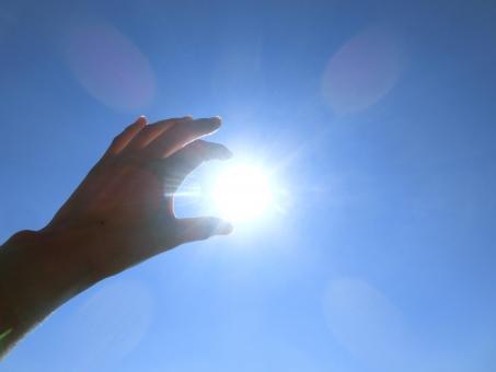 青空 空 太陽 光 輝く まぶしい 眩しい 手 掴む 目標 つかむ 未来 希望 大空 日差し 紫外線 太陽光 パーツ 夢 達成 成し遂げる 輝き