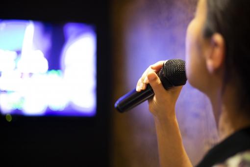 歌う女性の写真