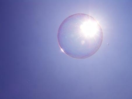 空と太陽とシャボン玉の写真